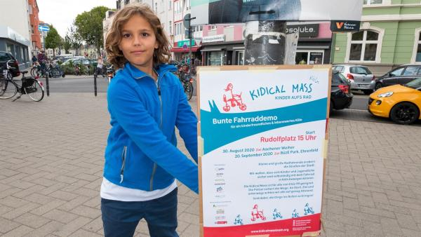 Jupp ist in den letzten Zügen der Vorbereitung zur geplante Demo. Er hofft sehr, mit den Plakaten viele Menschen zum Mitmachen zu bewegen. | Rechte: ZDF/Florian Lippke