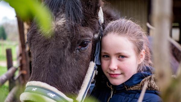 Evi hat Foxi sehr gern, auch wenn sie ihn nicht mehr reiten kann, versucht sie ihr Pferd abwechslungsreich zu beschäftigen. | Rechte: ZDF/Florian Lippke