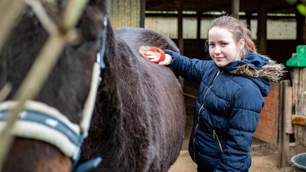 Für Evi ist Foxi das schönste Pferd der Welt. Sie hofft, dass Foxi einmal das älteste Pferd Deutschlands wird. | Rechte: ZDF/Florian Lippke