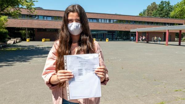 Azra hat das sechste Schuljahr geschafft. Sie darf auf dem Gymnasium bleiben - und das wollte sie unbedingt! Später einmal möchte sie Ärztin werden und dafür braucht sie das Abitur. | Rechte: ZDF/Florian Lippke