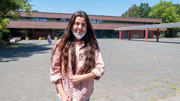 Azra freut sich, dass die Schule endlich wieder stattfindet. Sie möchte Ärztin werden, dafür braucht sie das Abitur und eine Menge Durchhaltevermögen in der Schule. | Rechte: ZDF/Florian Lippke