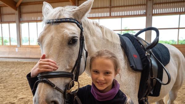 Lenya liebt ihr Voltigierpferd Santana und würde gerne in der Leistungsgruppe trainieren. Der Vater verbietet das. Doch Lenya hat die Hoffnung noch nicht aufgegeben.   Rechte: ZDF/Florian Lippke