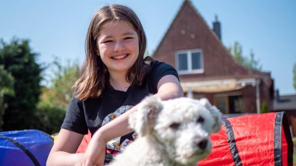 Jule möchte mit dem kleinen Hund Bounty einen Hundeparcour machen. Bounty hilft ihr sehr, ihre Trauer auch mal zu vergessen.   Rechte: ZDF/Florian Lippke