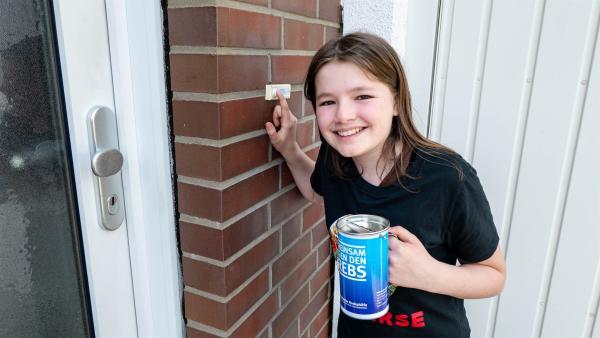 Jule sammelt Spenden für die Deutsche Krebshilfe. Einerseits möchte sie etwas Gutes tun und andererseits erhofft sie sich, ihre Trauer um ihre Mutter verarbeiten zu können.   Rechte: ZDF/Florian Lippke