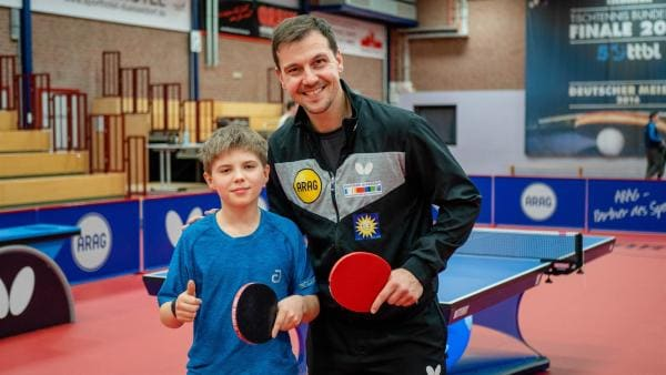 Adrian trifft sein großes Vorbild, Timo Boll. Er ist der beste deutsche Spieler aller Zeiten. | Rechte: ZDF/Florian Lippke