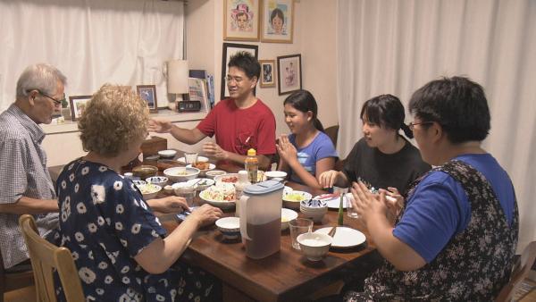 Kana und ihre Familie beim Abendessen. Neben ihren Eltern und ihrer Schwester, leben auch die Großeltern mit im Haushalt. | Rechte: ZDF/Chihiro Matsumura