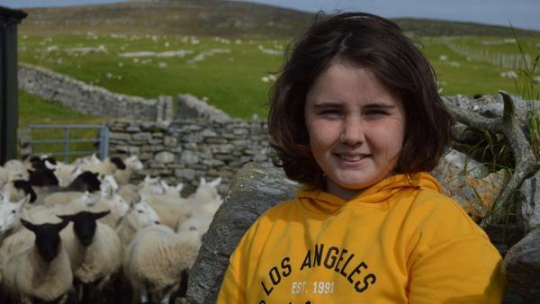 So oft es geht, hilft Lena ihrem Vater bei der Arbeit mit den Schafen. Den meisten von ihnen hat sie Namen gegeben. | Rechte: ZDF/Jim Hope