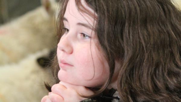 Lena ist nachdenklich. Ihr Vater hält sie für zu jung, um mit auf die unbewohnte Insel Pabbay zu fahren, um dort Schafe für den verkauf auszusuchen. Wie kann sie ihm das Gegenteil beweisen? | Rechte: ZDF/Jim Hope