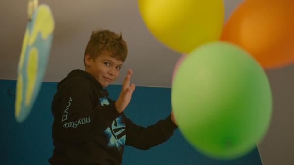 Tiago ist elf Jahre alt und lebt in Portugal. Er ist von Geburt an taub. Alle anderen in seiner Familie können hören, beherrschen aber auch die Gebärdensprache. Die meisten Hörenden tun dies nicht und das möchte er unbedingt ändern und möglichst vielen Menschen die Gebärdensprache beibringen. | Rechte: ZDF/Francesco Cerruti.