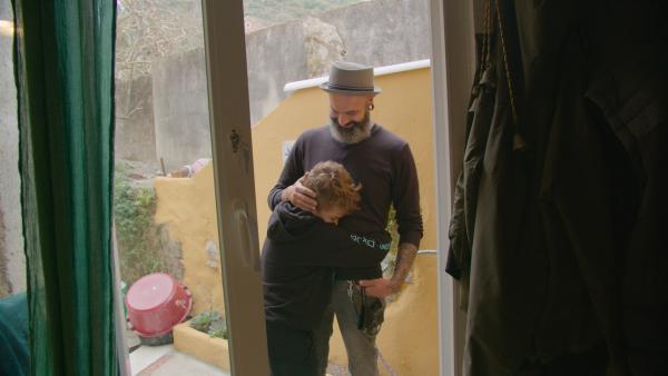 Tiagos Vater beherrscht die Gebärdensprache perfekt. Die beiden verstehen sich gut. | Rechte: ZDF/Francesco Cerruti.