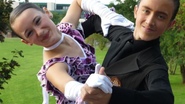 Vadim (re.) übt zusammen mit seiner Tanzpartnerin Milena jeden Tag viele Stunden. | Rechte: ZDF/EBU