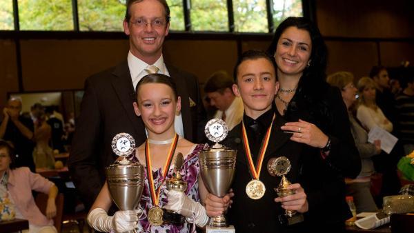 Vadim (vorne re.) hat es geschafft - mit seiner Tanzpartnerin Milena (vorne li.) wurde er Deutscher Meister im Standard in seiner Altersklasse. | Rechte: ZDF/EBU