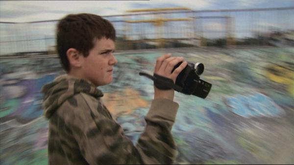 Die ersten Videos hat Jake noch mit einer Webcam gedreht. Jetzt hat er eine richtige Kamera. | Rechte: ZDF/EBU