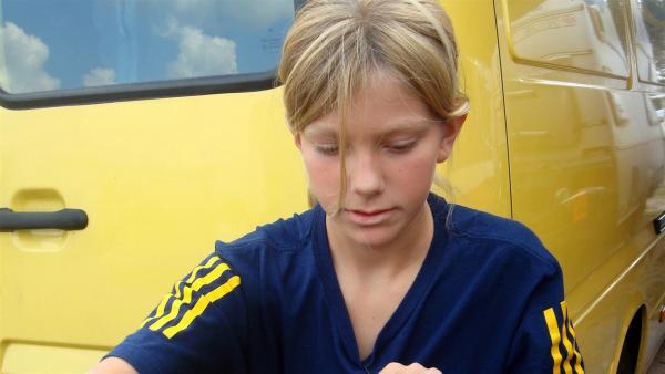Sophie kennt sich mit ihrem Fahrzeug bestens aus. | Rechte: ZDF/AVRO 2010
