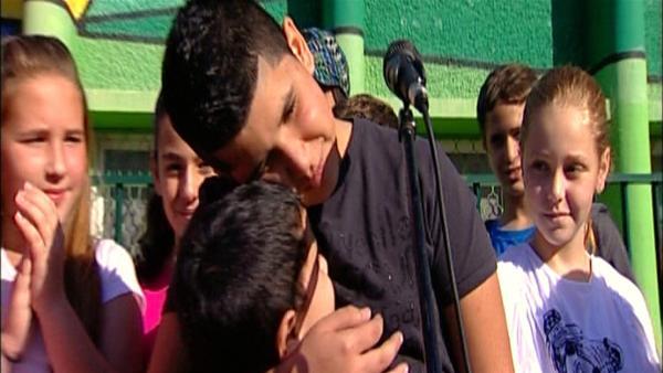 Aviv und sein Bruder Idan beim Schulfest | Rechte: ZDF/SR/EBU