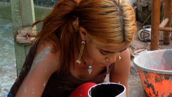 Popy versucht für sich und ihre Familie, ihr Zuhause in einer Siedlung neben einer Müllhalde am Stadtrand von Athen zu verschönern. | Rechte: ZDF/EBU