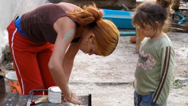 Popy (li.) versucht für sich und ihre Familie, ihr Zuhause in einer Siedlung neben einer Müllhalde am Stadtrand von Athen zu verschönern. | Rechte: ZDF/EBU