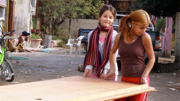 Popy (re.) versucht für sich und ihre Familie, ihr Zuhause in einer Siedlung neben einer Müllhalde am Stadtrand von Athen zu verschönern. | Rechte: ZDF/EBU