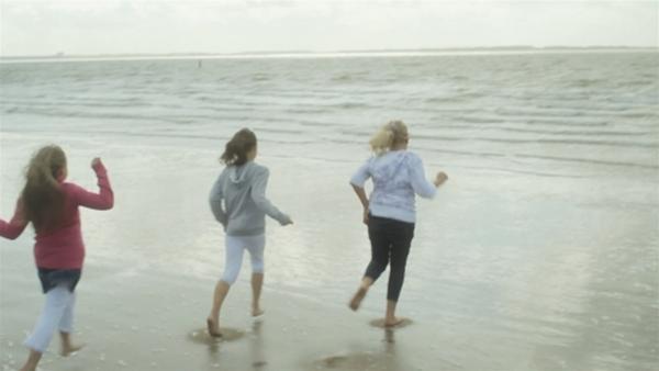 Gooitske (re.) kann es kaum glauben, Galya und Vasilina waren noch nie am Meer. Das muss geändert werden! | Rechte: ZDF/EBU/SR