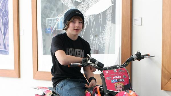 Luc Ackermann fährt Freestyle Motocross - Mit zwölf Jahren stellt er bereits seinen ersten Weltrekord auf: Als jüngster Fahrer aller Zeiten springt er einen Rückwärtssalto mit dem Motorrad. | Rechte: ZDF/EBU/SR/Oliver Franke