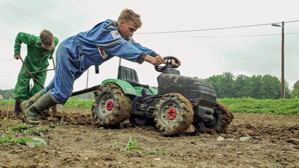 Leon und Jan pflügen das Feld mit ihrem Kindertraktor | Rechte: ZDF