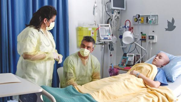 Die Onkologin beruhigt Jennys Vater (Patrice Godin), der sich große Sorgen um Jenny (Émilie Bierre) macht. | Rechte: KiKA/Productions Avenida 2017/Sebastien Raymond