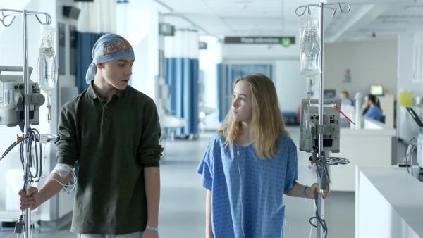 Jenny (Émilie Bierre) trifft einen anderen Patienten auf der Station. Er heißt Charles (Henri Richer-Picard). | Rechte: KiKA/Productions Avenida 2017, Sébastien Raymond