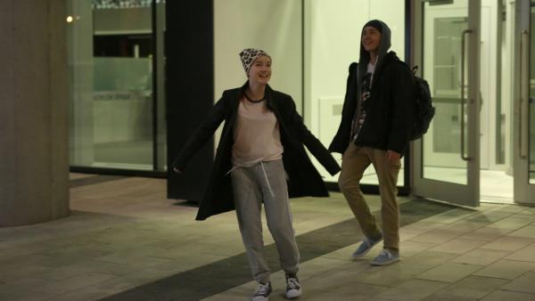 Jenny (Émilie Bierre) und Charles (Henri Richer-Picard) verlassen heimlich das Krankenhaus. | Rechte: KiKA/Productions Avenida 2017, Sébastien Raymond