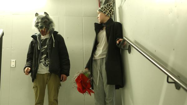 Während Halloween ist es für Jenny (Émilie Bierre) und Charles (Henri Richer-Picard) leicht mit aufgesetzten Masken aus der Station abzuhauen. | Rechte: KiKA/Productions Avenida 2017, Sébastien Raymond