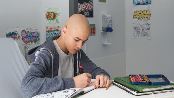 Charles (Henri Richer-Picard) malt und zeichnet ziemlich gut. An diesem Tag wird er operiert. | Rechte: KiKA/Productions Avenida 2017, Sébastien Raymond