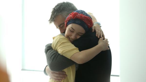 Endlich ist es soweit! Die Befunde sind gut und Jenny darf nach Hause. Voller Freude umarmt Jenny (Émilie Bierre) ihren Vater (Patrice Godin). | Rechte: KiKA/Productions Avenida 2017, Sébastien Raymond