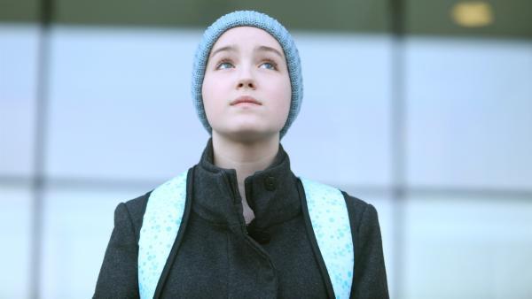 Jenny (Émilie Bierre) schaut in die Weite des Himmels. Sie hat erfahren, dass ihr Freund Courval, der mit ihnen auf der Station lag, plötzlich gestorben ist.  | Rechte: KiKA/Productions Avenida 2017, Sébastien Raymond