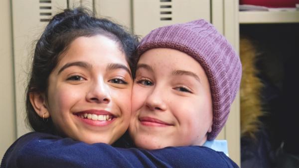 Jenny geht wieder zur Schule! Voller Freude umarmt Jenny (Émilie Bierre) Flo (Tayna V. Lavoie). | Rechte: KiKA/Productions Avenida 2017, Sébastien Raymond
