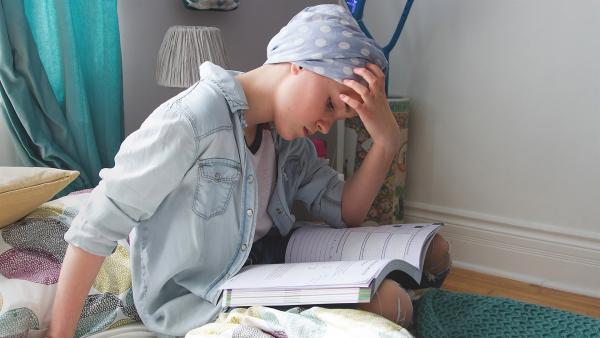Jenny (Émilie Bierre) versucht die Matheaufgaben allein zu lösen. | Rechte: KiKA/Productions Avenida 2017, Sébastien Raymond