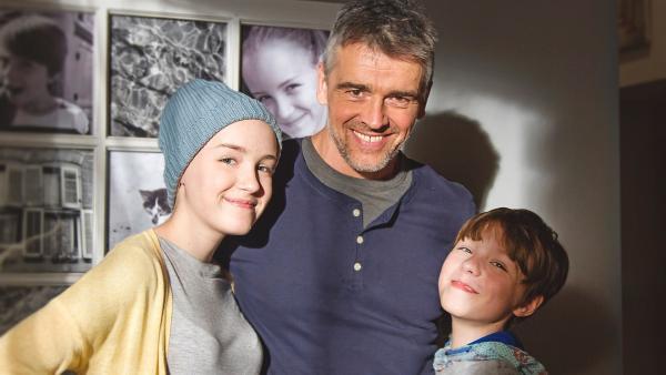 Jennys Familie ist glücklich. V.l.: Jenny (Émilie Bierre), Vater (Patrice Godin) und Felix (William Coallier) | Rechte: KiKA/Productions Avenida 2017, Sébastien Raymond
