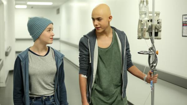Jenny (Émilie Bierre) besucht Charles (Henri Richer-Picard) im Krankenhaus | Rechte: KiKA/Productions Avenida 2017, Sébastien Raymond