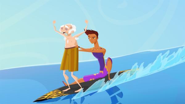 Reef gelingt es tatsächlich, dem alten Chester beizubringen, wie man surft. | Rechte: KiKA/Fresh TV/Cake Entertainment