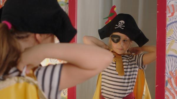 Klara (Paulina Pizarro Swartling) verkleidet sich als Piratin. | Rechte: KiKA/Erik Vallsten