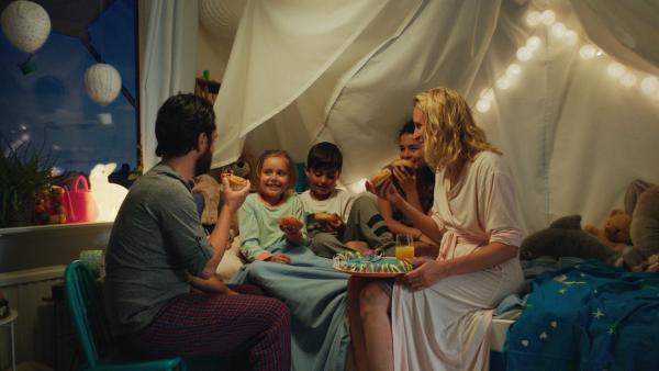 Klara (Paulina Pizarro Swartling) hat es geschafft! Sie und alle anderen essen zusammen leckere Zimtschnecken. | Rechte: KiKA/Erik Vallsten
