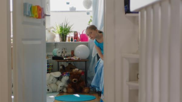 Klara (Paulina Pizarro Swartling) will sich in das Zimmer ihrer großen Schwester schleichen. | Rechte: KiKA/Erik Vallsten