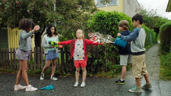 Klara (Paulina Pizarro Swartling, Mi.) bekommt ihre Wasserschlacht. | Rechte: KiKA/Erik Vallsten