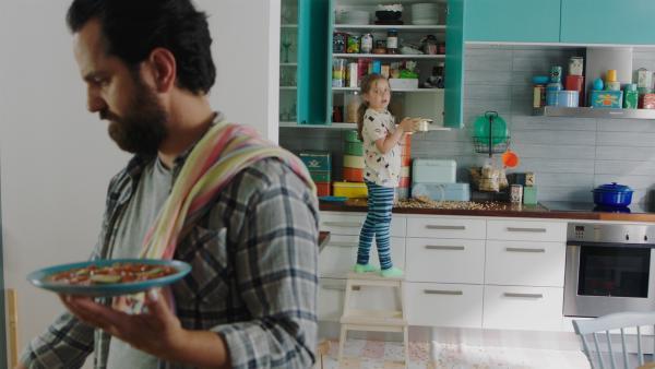 Klara (Paulina Pizarro Swartling) mag das Essen nicht, das Papa (Bashkim Neziraj) kocht. | Rechte: KiKA/Erik Vallsten