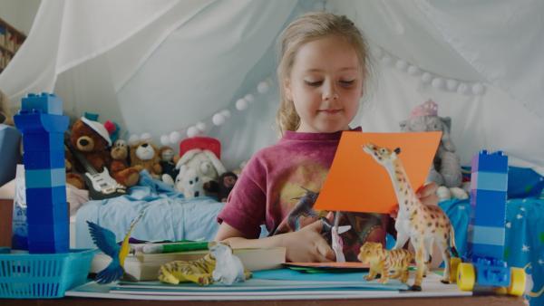 Klara (Paulina Pizarro Swartling) möchte gerne mit ihrer Familie spielen. | Rechte: KiKA/Erik Vallsten