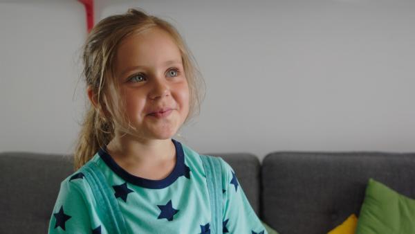 Wie kann Klara (Paulina Pizarro Swartling) den Erwachsenen beibringen, dass man jemanden nur umarmen muss, wenn man das auch wirklich will? | Rechte: KiKA/Erik Vallsten
