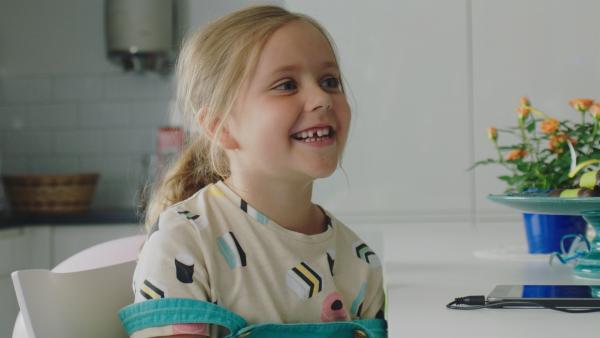 Klara (Paulina Pizarro Swartling) möchte, dass es bei Papas Arbeit nicht so langweilig ist. | Rechte: KiKA/Erik Vallsten