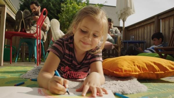 Klara (Paulina Pizarro Swartling) mag Farben. | Rechte: KiKA/Erik Vallsten