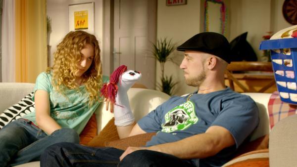 Lars (Bürger Lars Dietrich) fühlt sich so einsam, dass er schon anfängt, mit einer Socke zu sprechen. | Rechte: KiKA/FEEDMEE