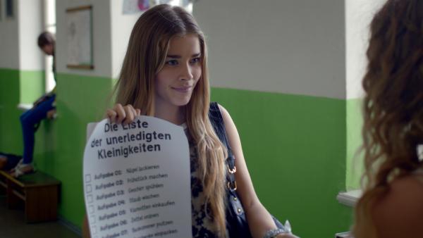 Kim (Milena Tscharntke) ist ganz schön fies und hat Lea in der Hand. | Rechte: KiKA/FEEDMEE