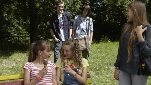 Finn (hinten links, Lukas Sperber) hat den sehr süßen Austauschschüler Tomas dabei. Aber Kim (re., Milena Tscharntke) hat ihn zuerst entdeckt. | Rechte: KiKA/FEEDMEE
