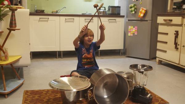 Kleine Brüder nerven! Vor allem, wenn sie lautstark Schlagzeug in der Küche üben. | Rechte: KiKA/FEEDMEE